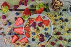 Skład typowy prawdziwy śniadanie robić z jogurtem, czarne jagody, malinki, czarne jagody, muesli Pojęcie Fotografia Royalty Free