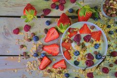 Skład typowy prawdziwy śniadanie robić z jogurtem, czarne jagody, malinki, czarne jagody, muesli Pojęcie Zdjęcia Royalty Free