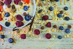 Skład typowy prawdziwy śniadanie robić z jogurtem, czarne jagody, malinki, czarne jagody, muesli Pojęcie Obraz Stock
