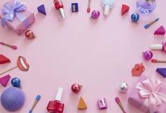 Skład ustawiający dekoracyjnego kosmetyka gwoździa połysku pomadki gąbki ostrzarki pudełka prezenta łęku tła tasiemkowe atłasowe  fotografia royalty free