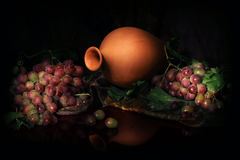 Skład uzbeka tradycyjni wodni naczynia, łozinowych i wina winogrona, obrazy stock