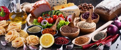Skład z asortowanymi żywność organiczna produktami na stole obrazy royalty free