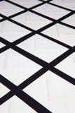 Skład z biel kopertami na stole obraz stock