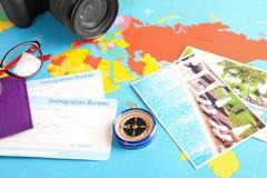 Skład z cyrklowymi i imigracyjnymi biuro kartami na światowej mapie Podr??y planistyczny poj?cie zdjęcie royalty free