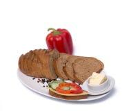 Skład z czarnym chlebem na białym talerzu Zdjęcie Royalty Free