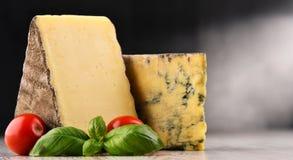 Skład z dwa kawałkami ser na stole Zdjęcie Royalty Free
