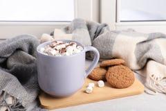 Skład z filiżanką kakao i ciastka na windowsill zdjęcie stock