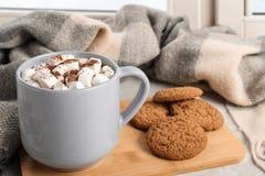Skład z filiżanką kakao i ciastka na windowsill obraz stock
