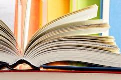 Skład z hardcover książkami w bibliotece Obrazy Royalty Free
