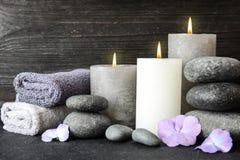 Skład z kamieniami, ręcznikami i świeczkami na stole zen, zdjęcia stock