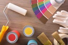 Skład z kolor mapy garnków muśnięć rękawiczkami i rolownika wierzchołkiem zdjęcia stock