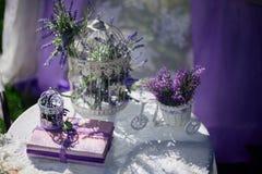 Skład z książkowymi i pięknymi wiosna kwiatami Obrazy Royalty Free