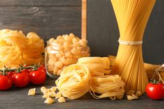 Skład z makaronów kulinarnymi składnikami na drewnianym stole obraz royalty free