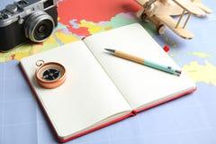 Skład z notatnikiem i kamerą na światowej mapie zdjęcia royalty free