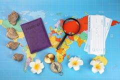 Skład z paszportem, imigracyjnymi biuro kartami i kompasem na światowej mapie, Podr??y planistyczny poj?cie obrazy stock