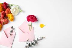 Skład z pięknymi ranunculus kwiatami, kopertami i obraz royalty free