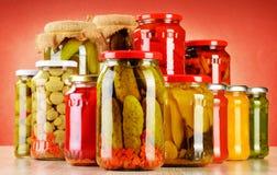 Skład z słojami kiszeni warzywa. Marynowany jedzenie fotografia royalty free