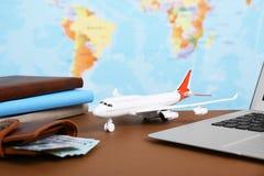 Skład z zabawka laptopem na stole przeciw mapie i samolotem Podróż fotografia royalty free