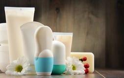 Skład z zbiornikami ciała piękna i opieki produkty Fotografia Royalty Free