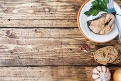 Składniki dla łososia łowią polewkę, kawałki chleb, cebuli i czosnku z zieleniami na drewnianym tle, zdjęcia stock