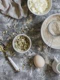 Składniki dla gotować całego zbożowego wielo- nasieniodajnego chleb - cała pszeniczna mąka, jajka, ricotta ser, ziarna, na popiel zdjęcia stock