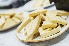 Składniki dla gotować jarskich naczynia pokrajać w kawałkach surowych soj serowy tofu na szklanym talerzu Obraz Royalty Free