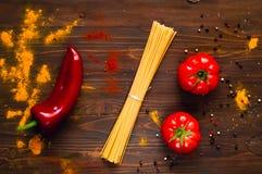 Składniki dla gotować pastę na drewnianym ciemnym tle Tło z pikantność Odgórny widok z bliska zdjęcie royalty free