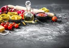 Składniki dla gotować tradycyjnego Włoskiego makaron Zdjęcia Stock