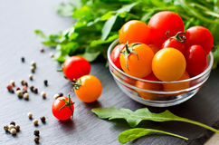 Składniki dla gotować z czereśniowymi pomidorami obrazy royalty free