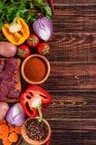 Składniki dla goulash kucharstwa: surowy mięso, ziele, pikantność, warzywa obrazy royalty free