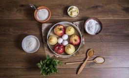 Składniki dla jabłczanego kulebiaka odgórnego widoku drewniany tło Obraz Royalty Free