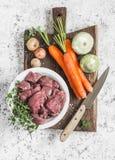 Składniki dla kulinarnego gościa restauracji - surowy wołowiny mięso, marchewki, kabaczki, cebule, czosnek, macierzanka, pikantno Fotografia Royalty Free