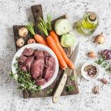 Składniki dla kulinarnego gościa restauracji - surowy wołowiny mięso, marchewki, kabaczki, cebule, czosnek, macierzanka, pikantno Zdjęcie Stock