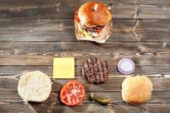 Składniki dla kulinarnego hamburgeru i robić przykład Piec na grillu kurczaka pasztecik, babeczki, cebula, pomidory, sałata, zale Zdjęcia Stock