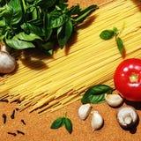 Składniki dla kulinarnego włoskiego makaronu Zdjęcia Stock