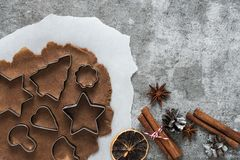 Składniki dla kulinarnych Bożenarodzeniowych piernikowych ciastek na kamiennym tle, odgórny widok fotografia stock