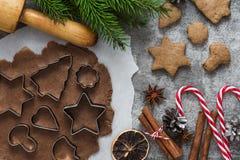 Składniki dla kulinarnych Bożenarodzeniowych piernikowych ciastek z jedlinowym drzewem i dekoracje na kamiennym tle, odgórny wido zdjęcie royalty free
