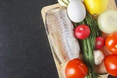 Składniki dla odżywki sałatki od dojrzałych pomidorów, cytryny, cebuli, czosnku, rzodkwi, jajek i rybiego mięsa, Assortiment dla  fotografia royalty free
