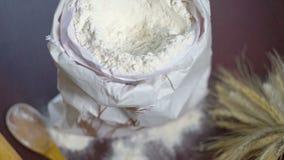 Składniki dla ogołacać chleb Mąki torba, banatka, toczna szpilka i drewniana łyżka, zbiory