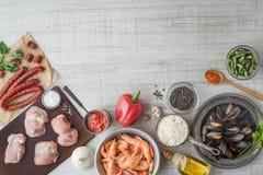 Składniki dla paella na białym stołowym odgórnym widoku Fotografia Royalty Free