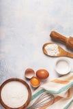Składniki dla piec - mąka, drewniana łyżka, jajka Obraz Stock