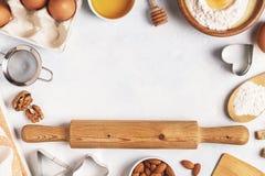 Składniki dla piec - mąka, drewniana łyżka, jajka Fotografia Royalty Free
