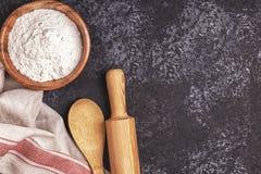 Składniki dla piec - mąka, drewniana łyżka, toczna szpilka, jajka Zdjęcie Stock