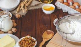 Składniki dla piec na drewnianym tle jajka, mąka, mleko, masło, cukier Obraz Stock