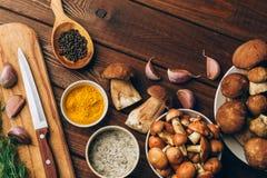 Składniki dla pieczarkowej polewki, pieczarki, czosnek, pikantność na drewnianym stole, odgórny widok, kopii przestrzeń Jesień go Zdjęcie Stock