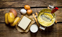 Składniki dla puree ziemniaczane jajka, mleko, masło i grule na drewnianym tle -, Zdjęcie Royalty Free