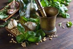 Składniki dla robić pesto na drewnianym stole Zdjęcia Royalty Free