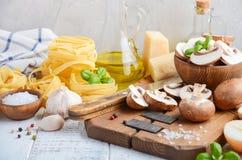 Składniki dla robić tagliatelle makaronowi z pieczarkami karmowy zdrowy włoch obraz stock