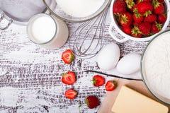 Składniki dla robić truskawkowemu jogurtu tortowi Zdjęcie Stock