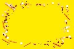 Składniki dla słodkiej piekarni Cynamon, kakao, cukier na żółtej stołowej odgórnego widoku kopii przestrzeni obrazy stock